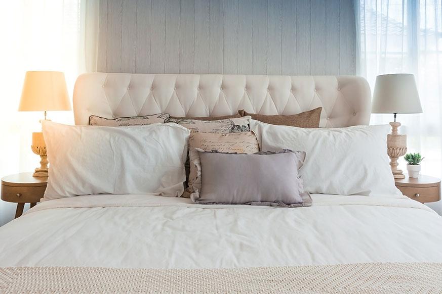 Dormitorio con decoración neoclásica