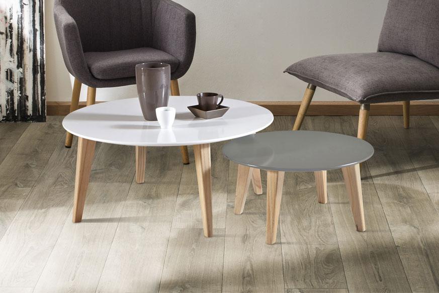 Dos mesas de centro redondas. Una blanca (más alta) y otra gris (baja).