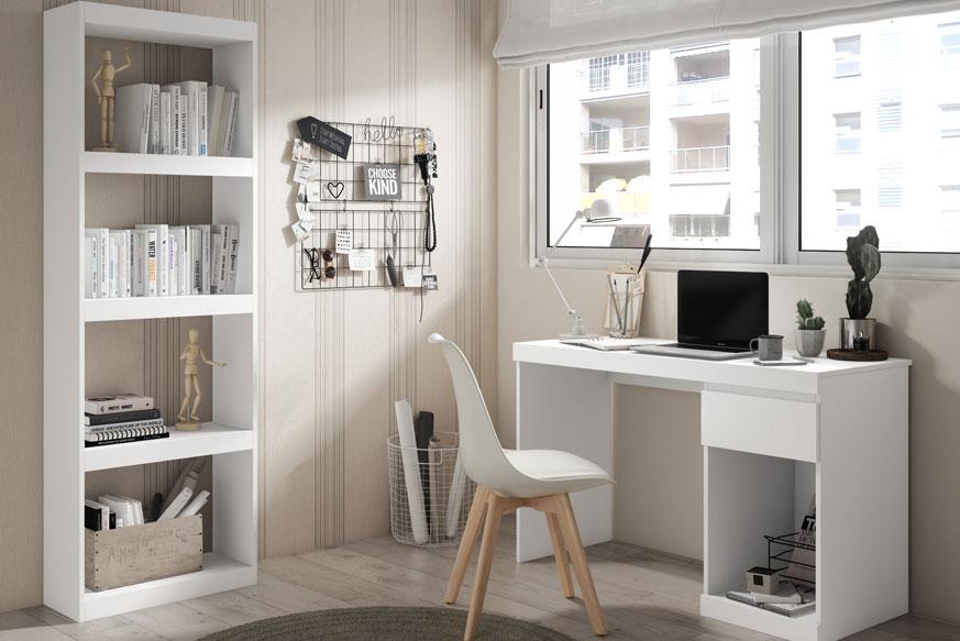 Pack de muebles de estudio para habitaciones juveniles compuesto por una mesa con un cajón y un hueco lateral derecho en color blanco y una estanteria de cinco estantes también en color blanco.
