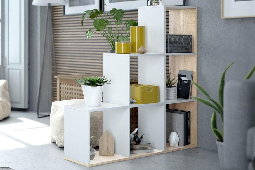 Estantería formada por seis cuadrados en forma de escalera. Acabada en color blanco y roble.