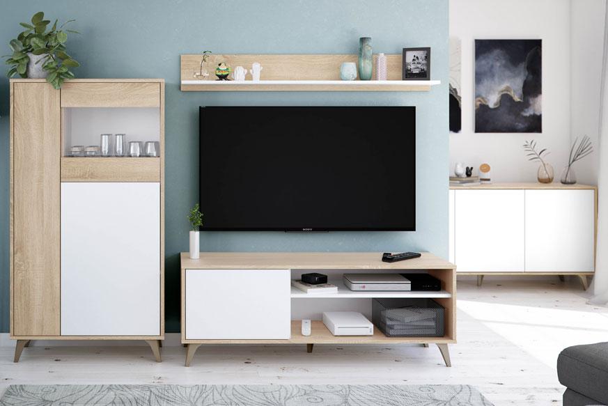 Pack de muebles de salón acabados en color roble y blanco. En la parte izquierda aparece una vitrina, un mueble de salón en el centro y un aparador de tres puertas en la parte derecha.