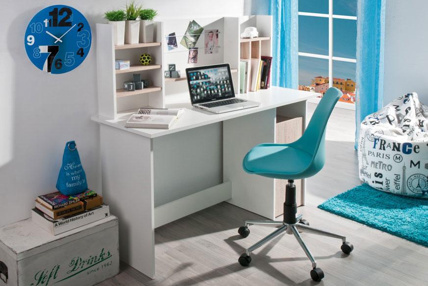 Imagen con un escritorio blanco con los estantes en tono madera. A su lado derecho aparece un silla de escritorio azul. Ideal para habitaciones juveniles.