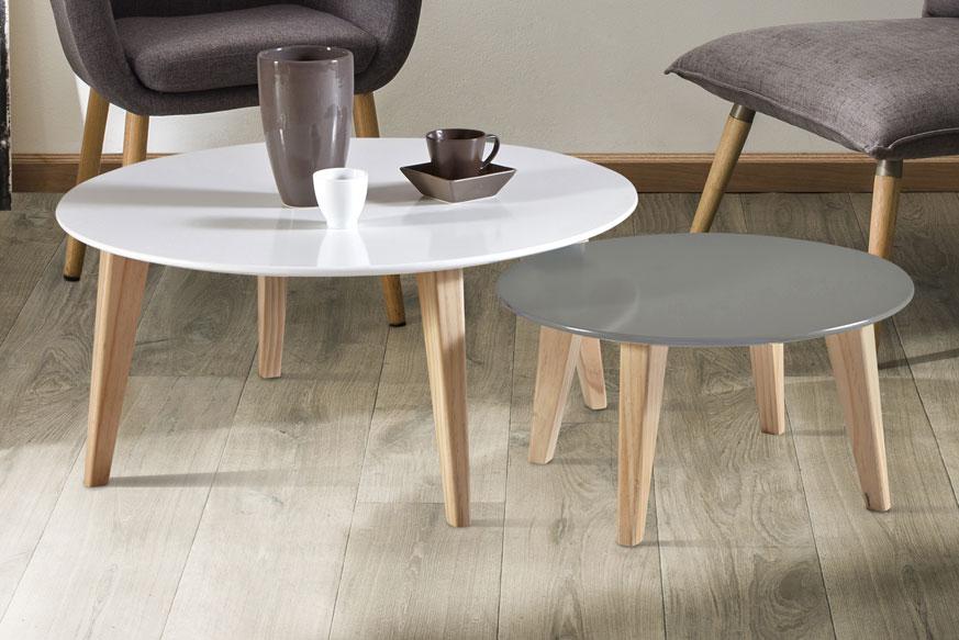 dos mesas de centro, una en color gris y otra en color blanco con las patas de madera