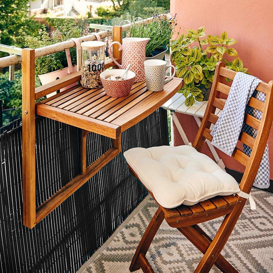 como decorar un balcón pequeño y alargado con mesas y sillas plegables de exterior