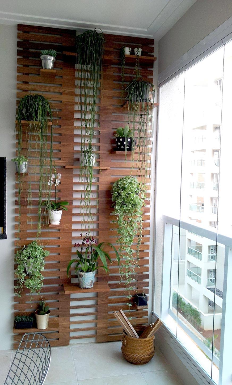 como decorar un balcón pequeño y alargado con un jardín vertical