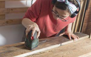 Como restaurar un mueble antiguo de madera barnizado, uno de los pasos es lijar