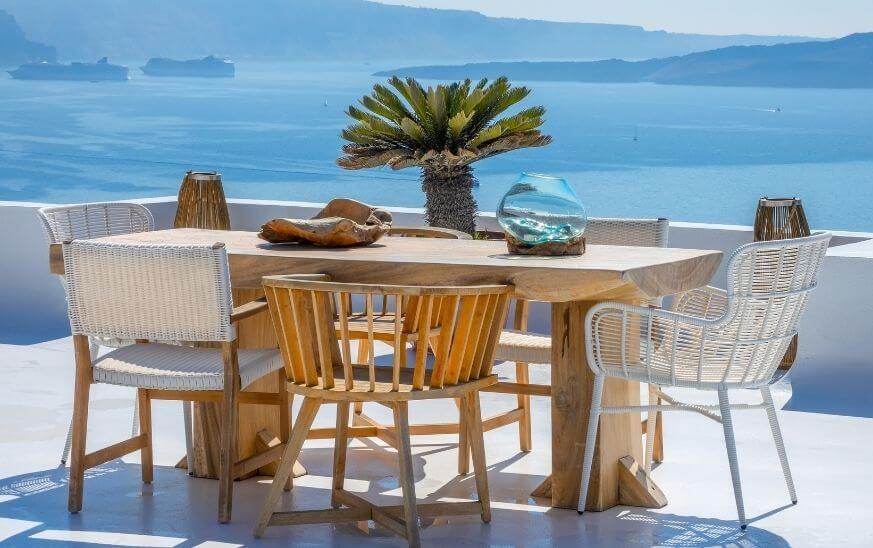 Zona de terraza con mesa y sillas, decoración estilo mediterráneo