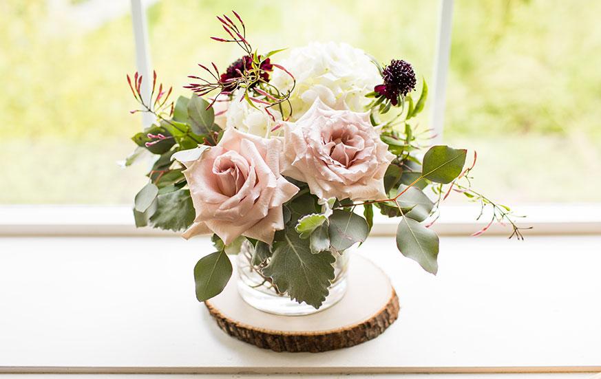 Flores para decorar interiores, puestas en la repisa interior de la ventana