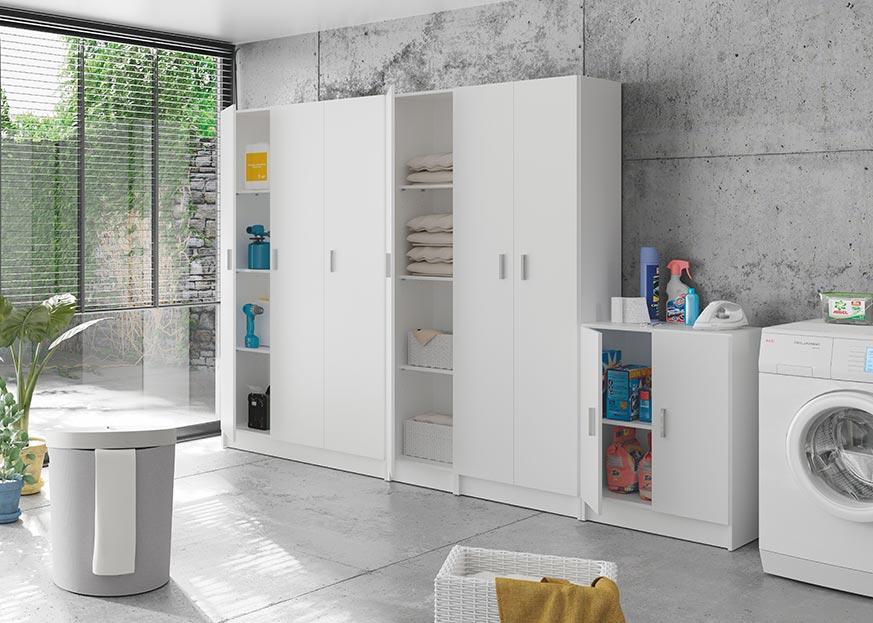 Lavanderia en casa con armarios de varios tamaños y lavadora.