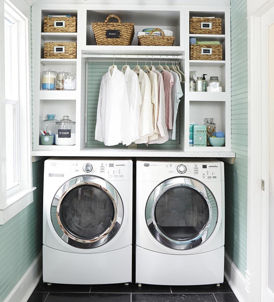 Zona de lavanderia en casa pequeña.