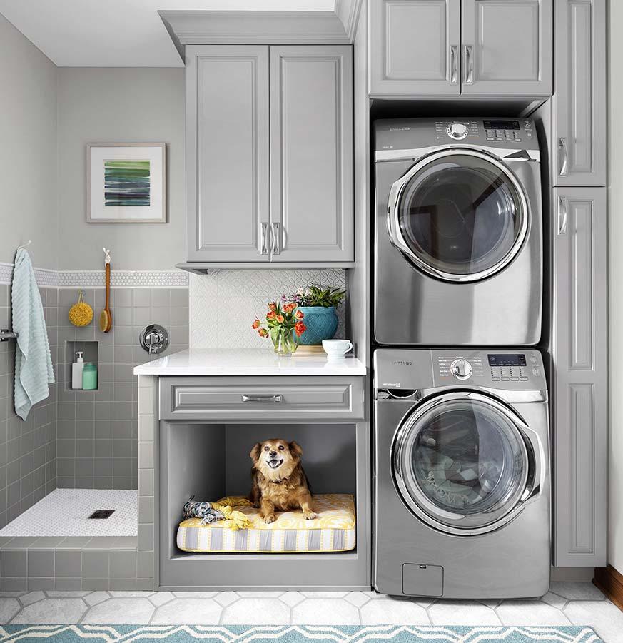 Lavanderia en casa con sitio para la cama y ducha de las mascotas.