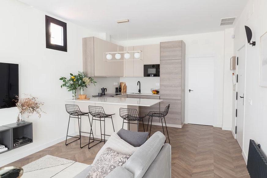 Salón con cocina abierta pequeña